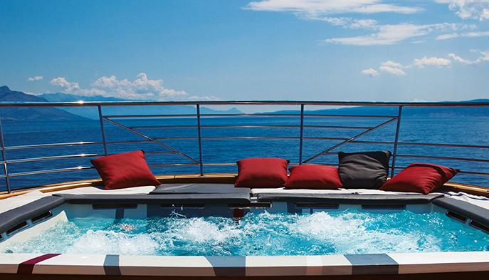 joyMe яхта - джакузи и горячая ванна на верхней палубе
