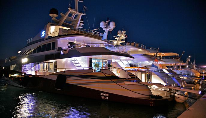 JoyMe яхта в ночное время - все огни включены