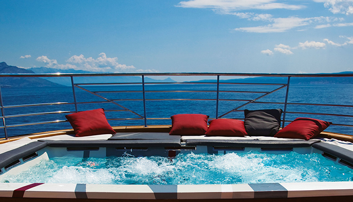 joyMe Yacht jacuzzi hot tub on the top
