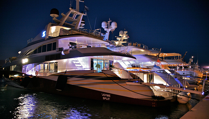 joyMe Yacht by night - all lights turned on